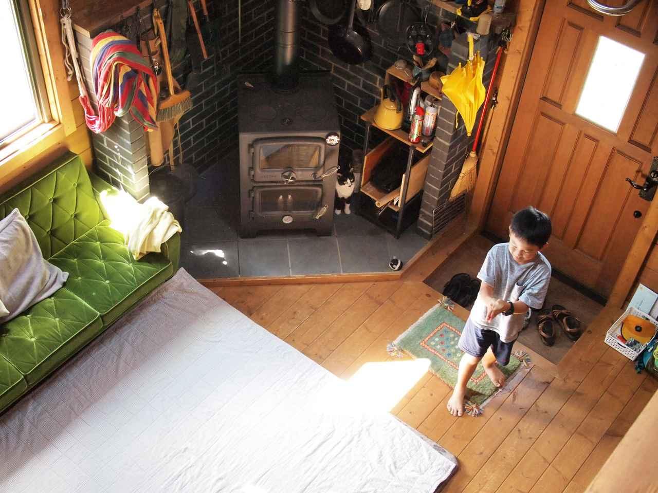 画像: 薪ストーブの影でアニキを見守る愛猫ハナ