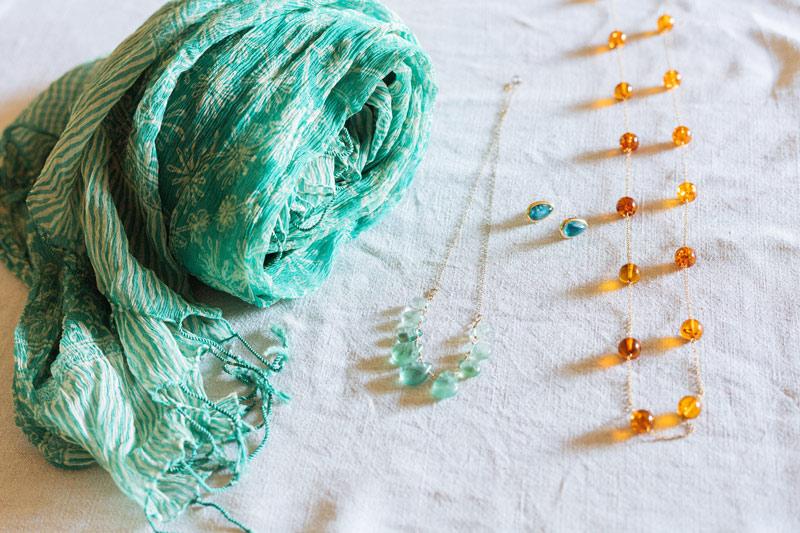画像: 無地の紺や白の服も、首のまわりに華やかな色を加えればどうにかなります