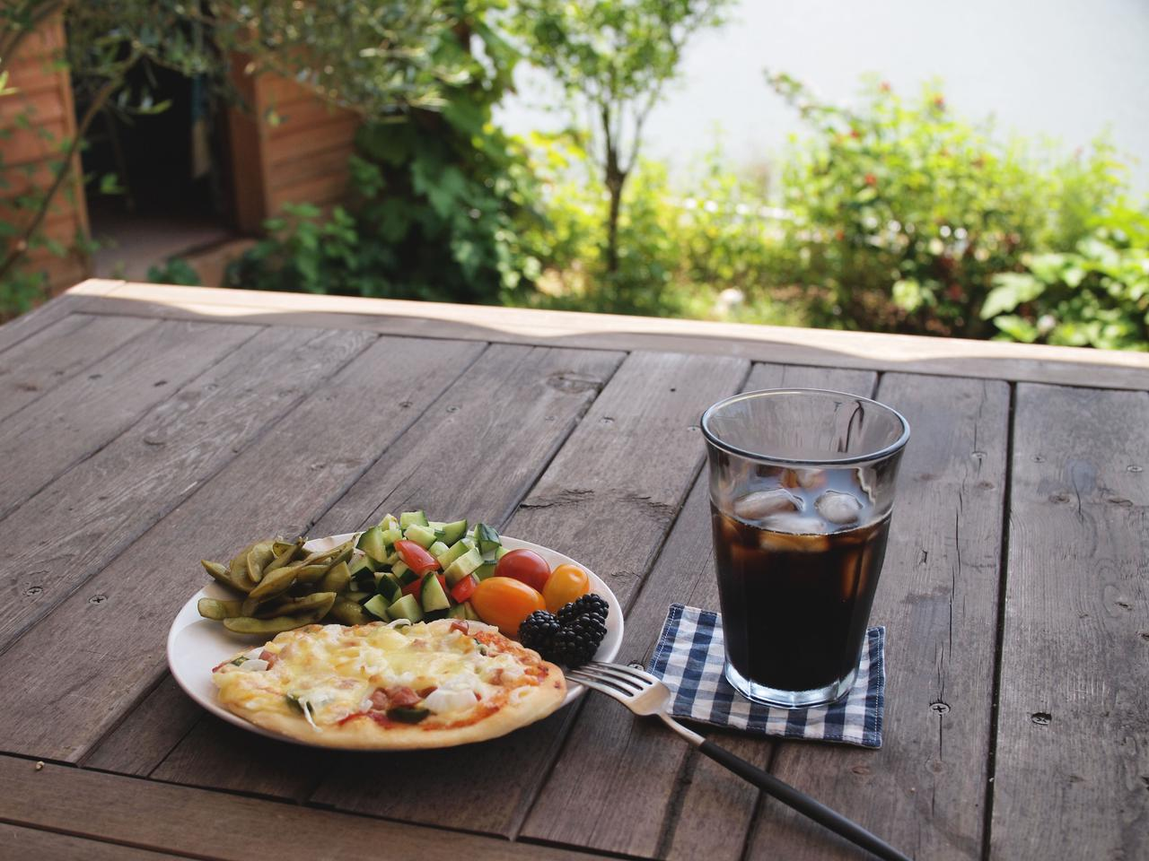 画像: 庭のテーブルでいただきます。チーズはたっぷりと