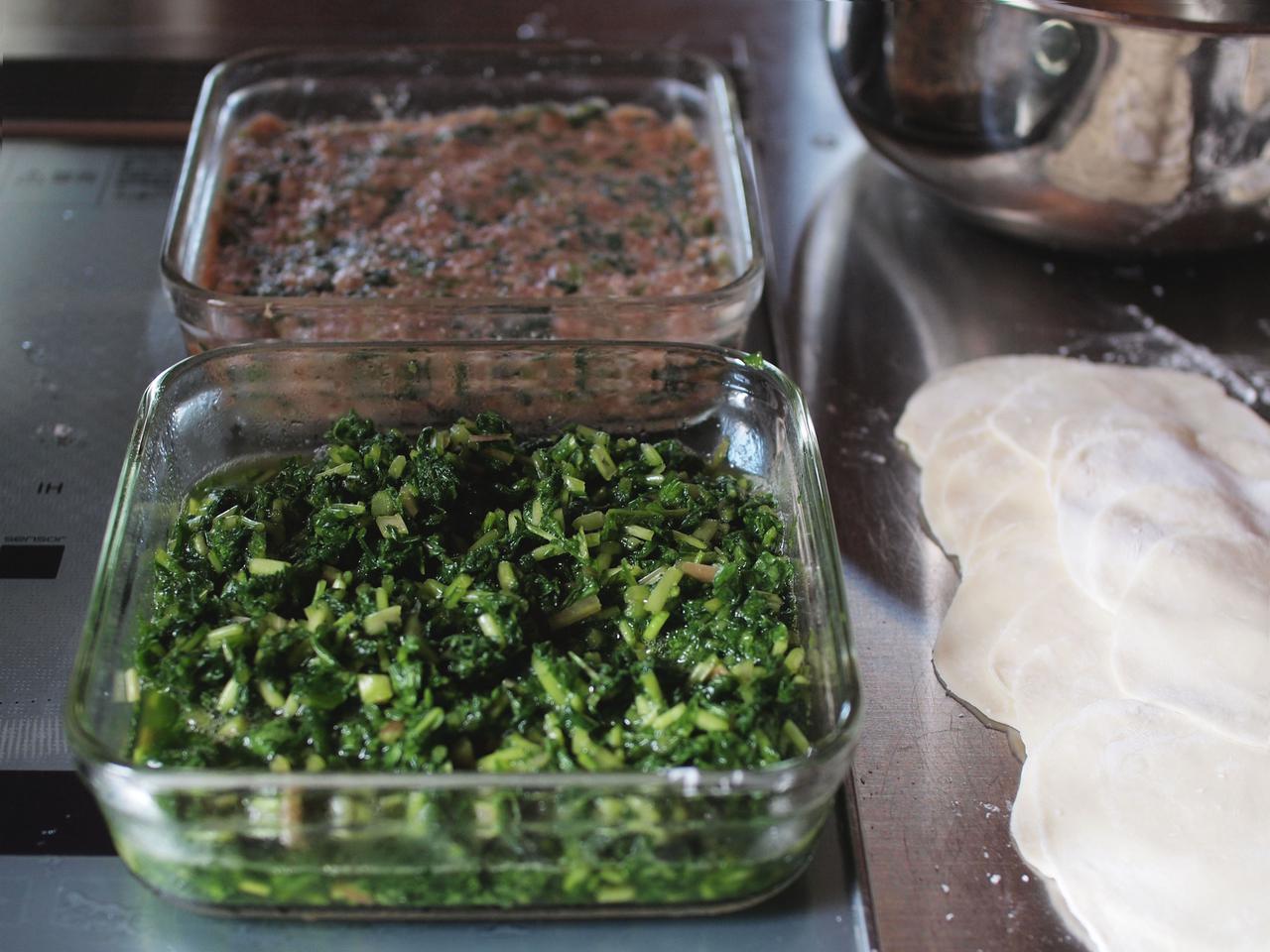画像: ラディッシュ菜は軽く塩漬けし、刻んでおく。冷蔵庫で数日保存が効きます