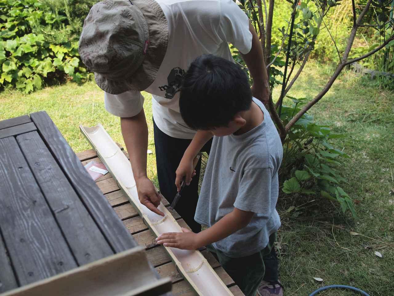 画像: パパに教わりながら一緒に作業