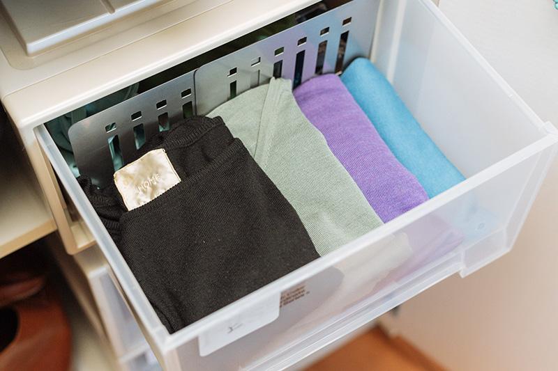 画像: 衣装ケースの中にブックスタンドを立てて仕切りに