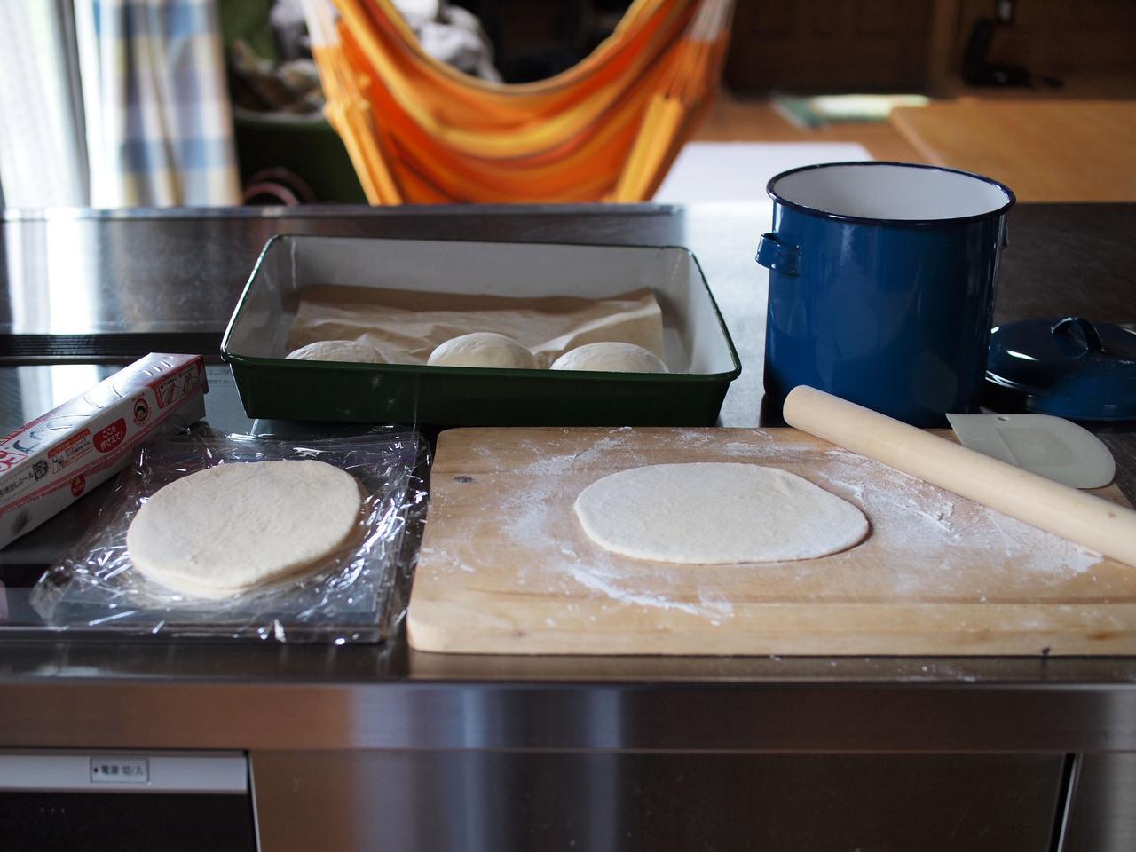 画像: 生地はすべて成形し、1枚ごとにラップを挟んで冷凍ストック。少々形がいびつでも気にしない、気にしない