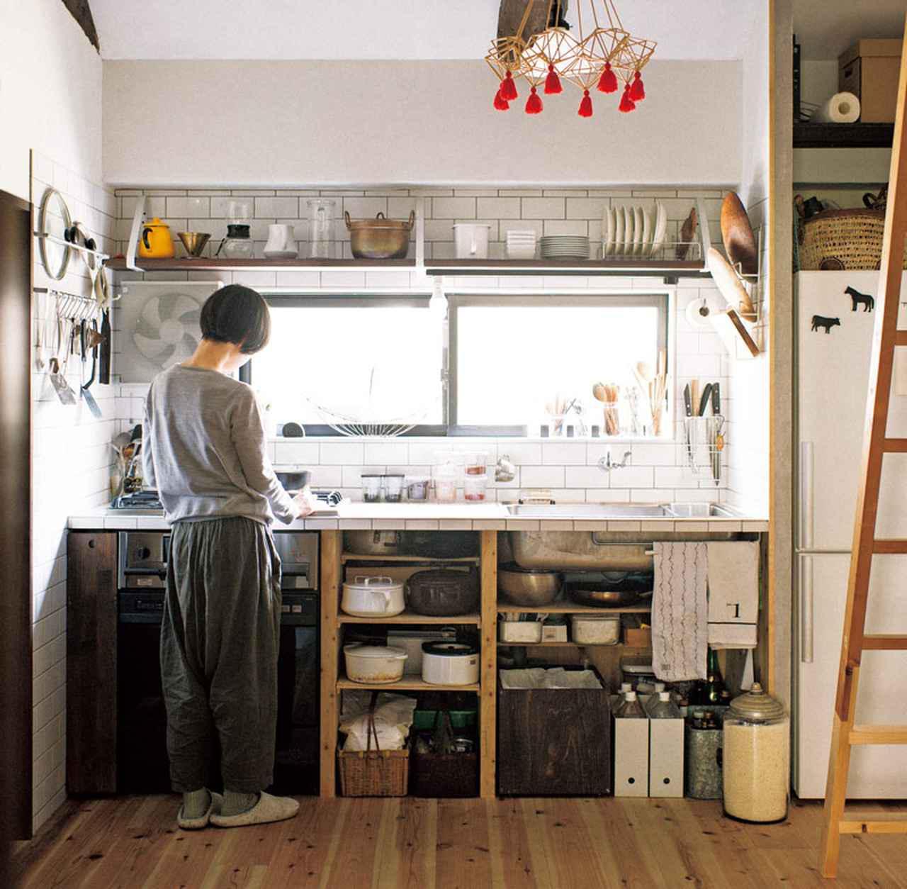 画像: キッチンは手づくりの収納スペースで|片づけが楽しい家/扉野良人さん、鈴木 潤さん
