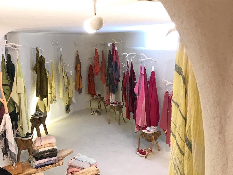 画像: 地下2階はウエアやショールを。洞窟のような空間