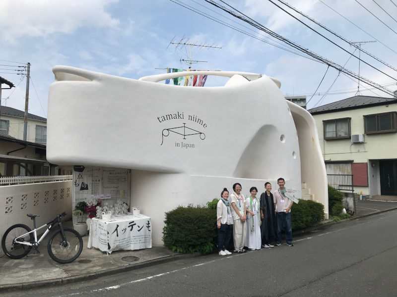 画像: 小田急の線路沿いにある白い建物。鶴川駅から徒歩5分ほど。代表でデザイナーの玉木新雌さん(右から2番目)とスタッフの皆さん