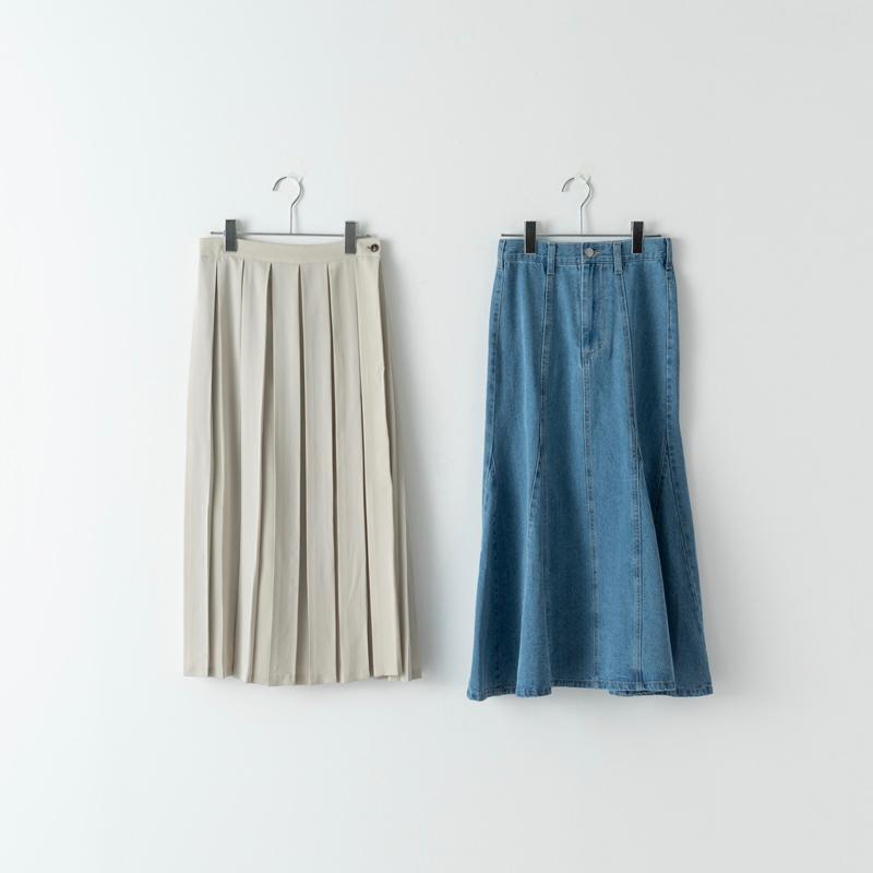 画像: 左)プリーツスカート/スタイリスト私物 右)マーメイドスカート/スタイリスト私物