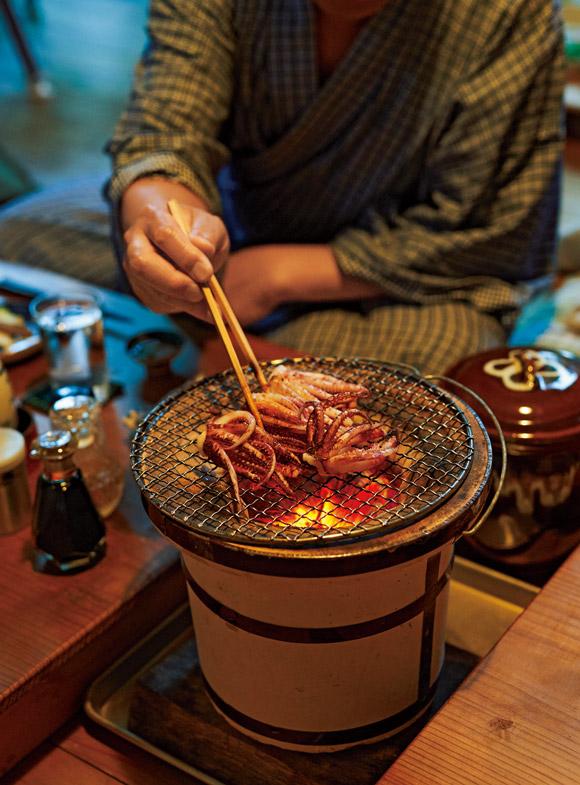 画像: 画家・牧野伊三夫さんの日常 七輪が中心の、ぼくの台所