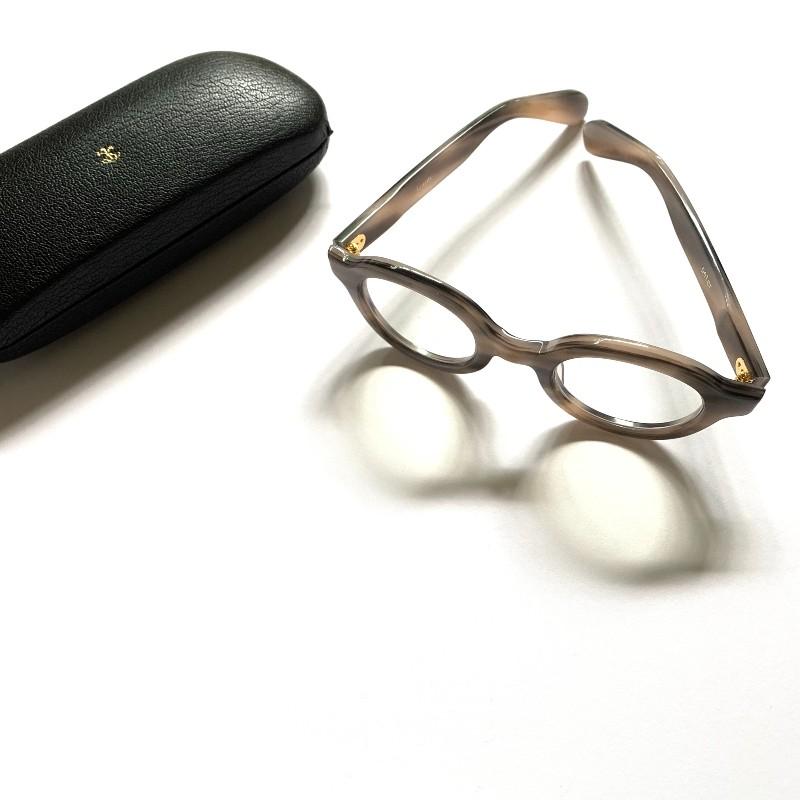 画像: お気に入りのメガネ屋さん、東京・青山の「blinc(ブリンク)」で買った「kearny」のフレーム。「ARTS&SCIENCE」オリジナルの革張りのケースに入れて