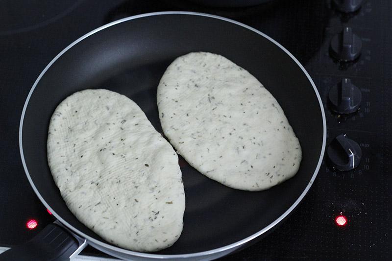 画像: 油は入れずに、フライパンで両面を焼いて