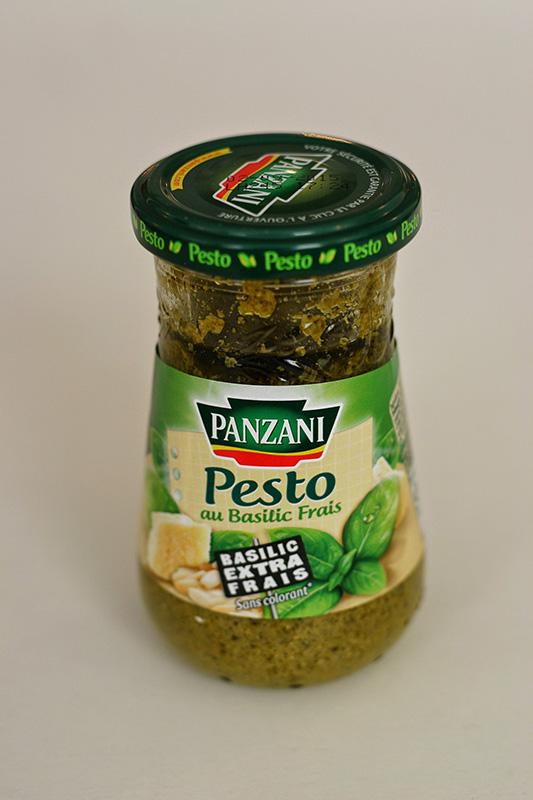 画像: ピストゥ:イタリアではジェノヴェーゼと呼ばれ、バジルのペーストと松の実、オリーブオイルで作ったペーストのこと。パスタソースとして使われています。