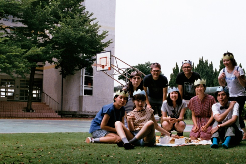 画像2: 小学校の校庭でピクニック