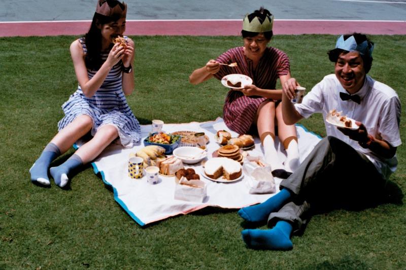 画像1: 小学校の校庭でピクニック