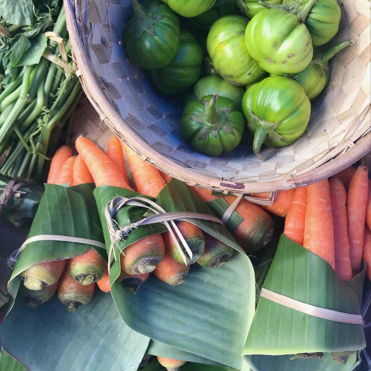 画像: マーケットでは野菜はポリ袋ではなく、葉くるみに。土にかえる地球にやさしいパッキング