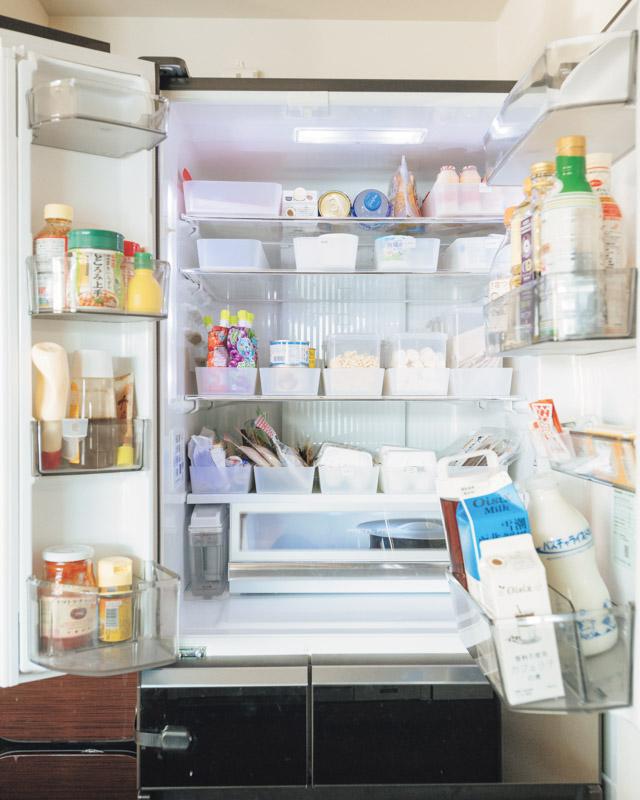 画像: すき間が多く、見通しのいい冷蔵庫。ものは上に積まず、ボックスに立てて収納しています。 ボックスを引き出して奥を活用することで、手前からの詰め込みを阻止