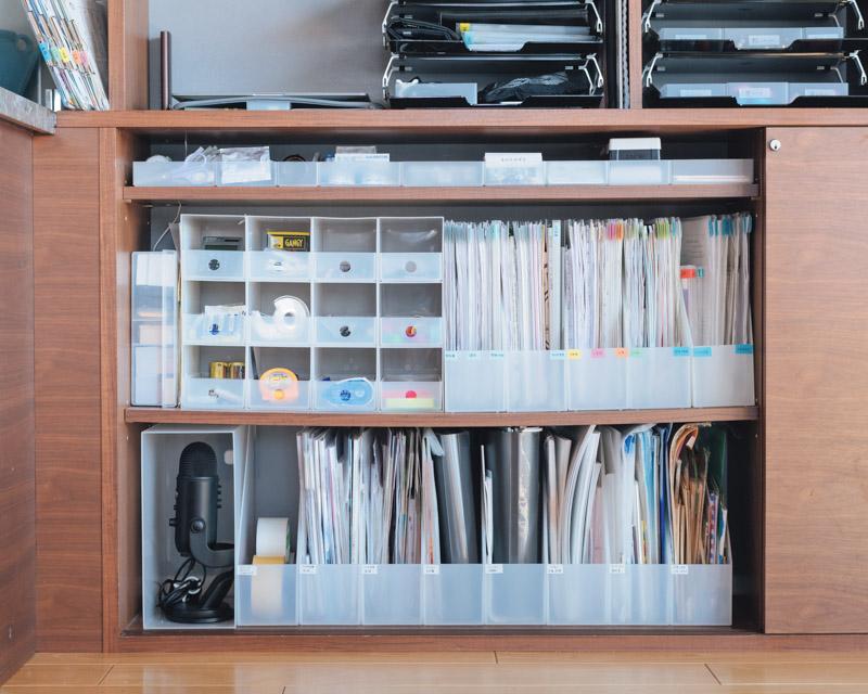 画像: 書類や事務用品は扉の中へ。書類は仕事が終わるたびに処分し、スペースはこれ以上増やしません。上段には名刺などを