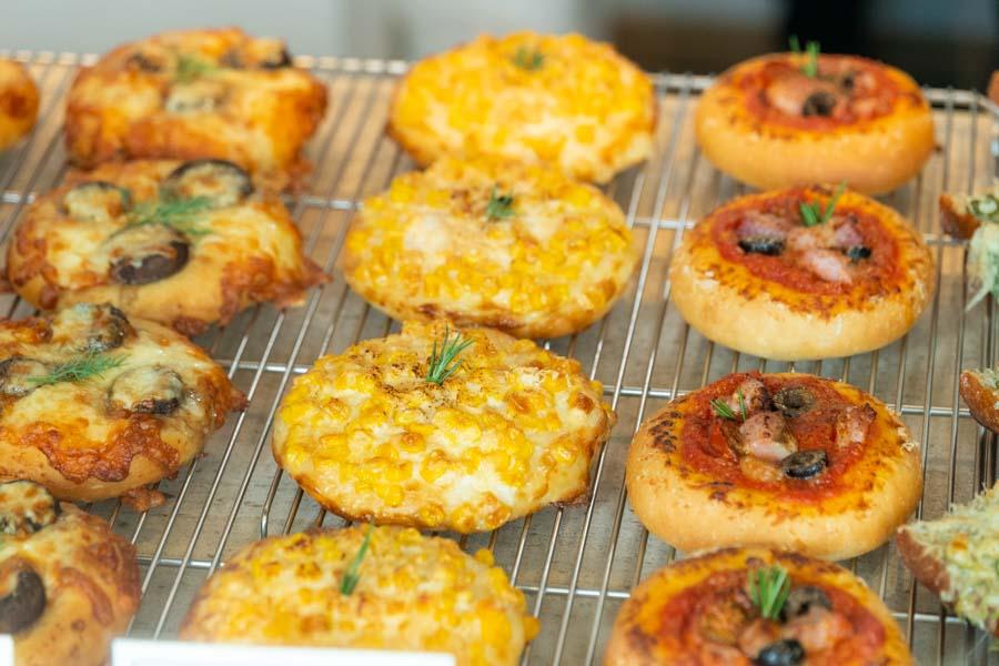 画像: オリーブオイルは低温圧搾のものを使用。惣菜パンのソース類やマヨネーズは、すべて自家製です