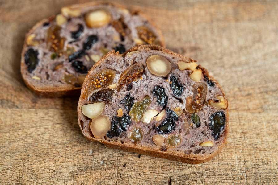 画像: 水のかわりにブドウ果汁を使った生地に、サヤキレーズンと4種のナッツをぎっしり詰めた「コンプレ レザン」もおすすめの品