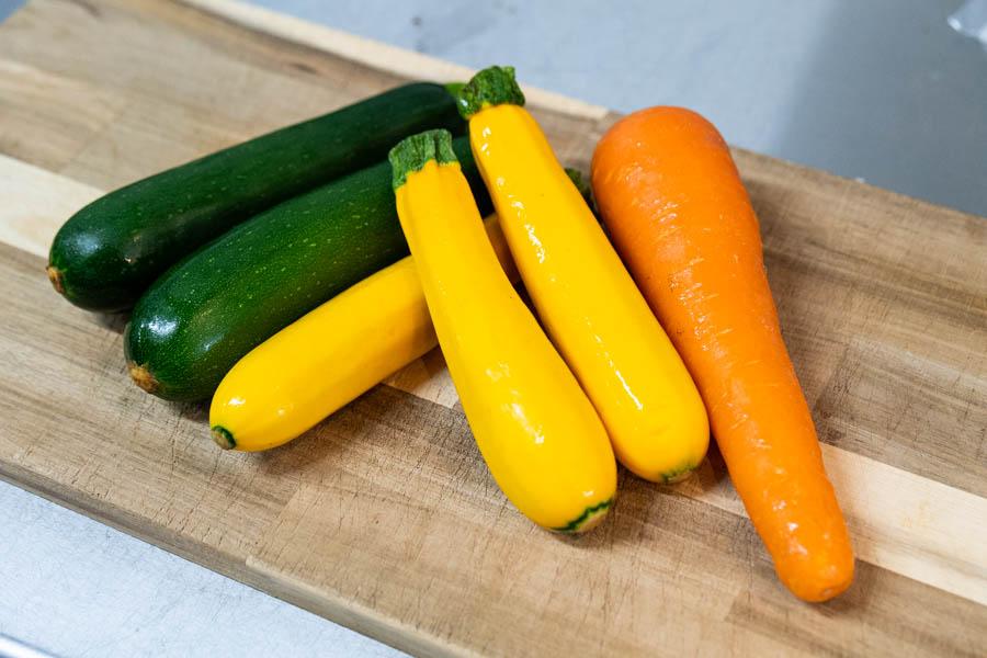 画像: 市場に並んだ有機や無農薬の野菜を、専門業者さんに配達してもらっています