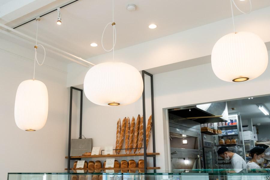 画像: 店内には、夫婦ふたりで選んだドアや照明が配され、素敵な空間をつくりあげています。「提灯にも見える形が好きで」という照明は、北欧のブランド「レ・クリント」のもの