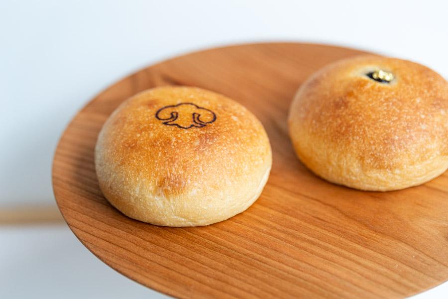 画像: 看板商品のひとつ、餡パン。左が「和三盆餡子」、右が「手亡白餡子」