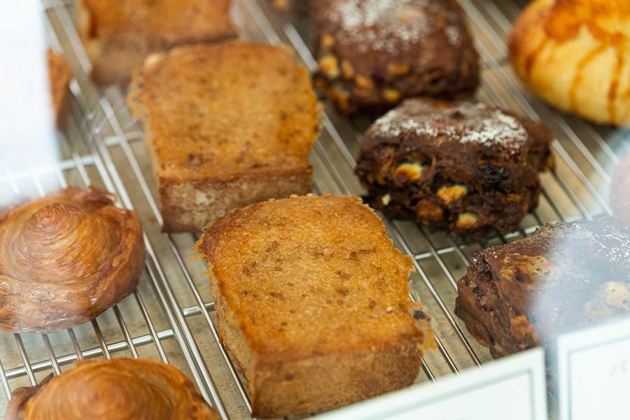 画像: 「亜麻仁全粒粉食パン」を使った「蜂蜜バター」(中央)。「蜂蜜バター」には、「亜麻仁全粒粉食パン」と「雲食パン」を日替わりで使用