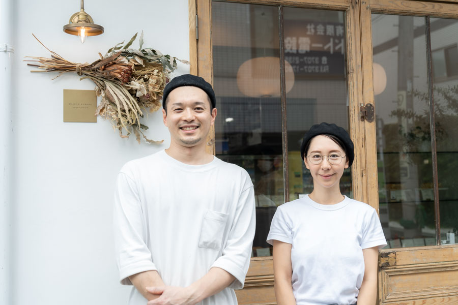 画像: 店主の黒須貴仁さんと、妻の美貴さん。パンのアイデアを出すのはおもに貴仁さんですが、料理好きの美貴さんが発案したパンが並ぶことも