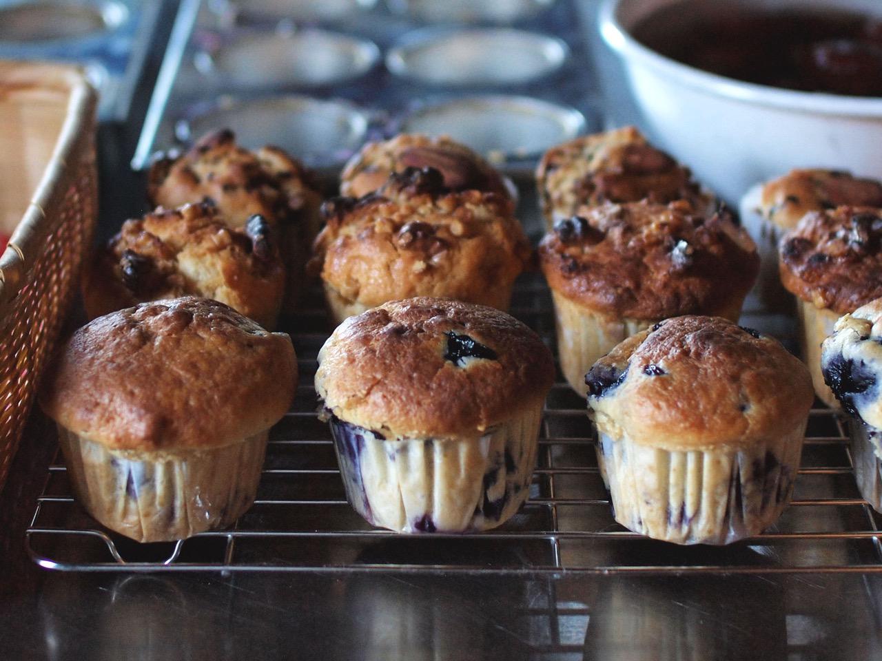 画像: 惜しみなくたっぷりとブルーベリーを混ぜ込んだマフィン。朝食やおやつや、おすそ分けに
