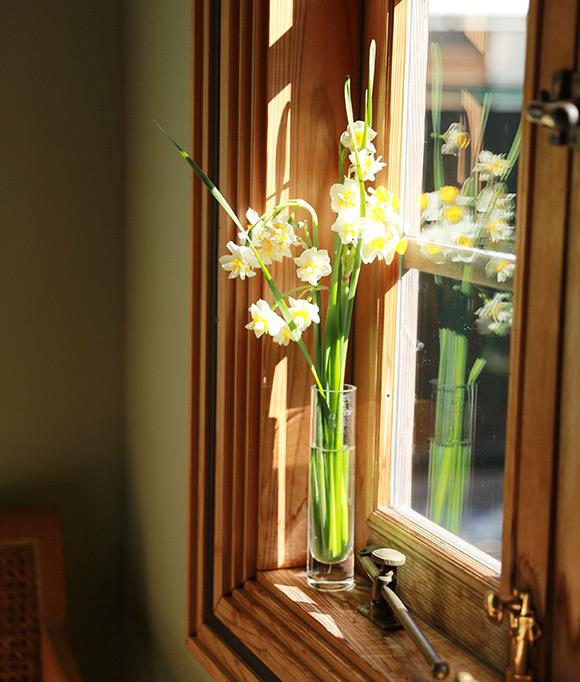 画像2: 花を飾って彩りを添える