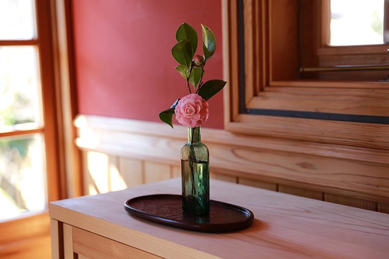 画像1: 花を飾って彩りを添える