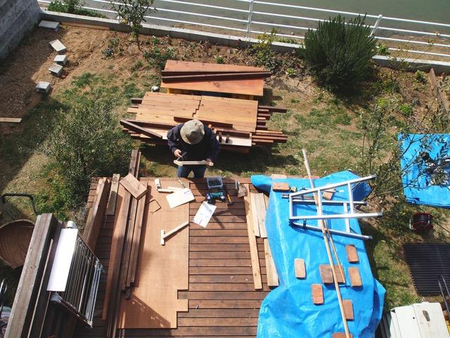 画像: 小屋を建てる場所の木々を移植し、いよいよスタートです