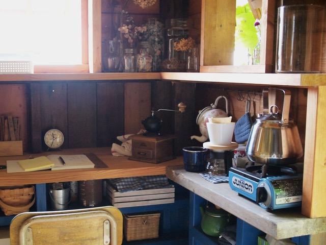 画像: 入口を入って右のミニキッチンコーナー。庭仕事の休憩したり、ゆっくりコーヒーを淹れて畑の記録をつけたり、家計簿をまとめたり