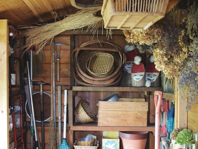 画像: 小屋を入って左側の壁。収穫かごや、稲わらなども収納