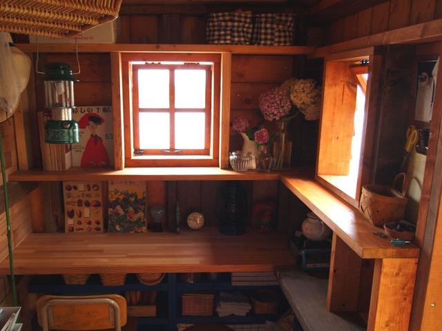 画像: 小屋の休憩スペースはこんな感じ