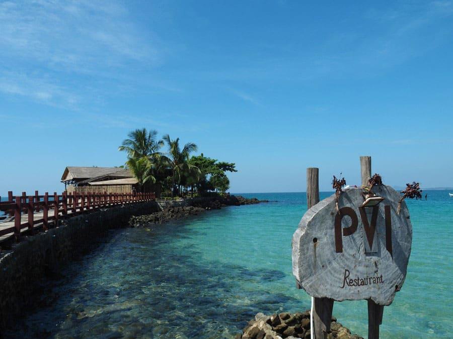 画像: レストランは海の上に