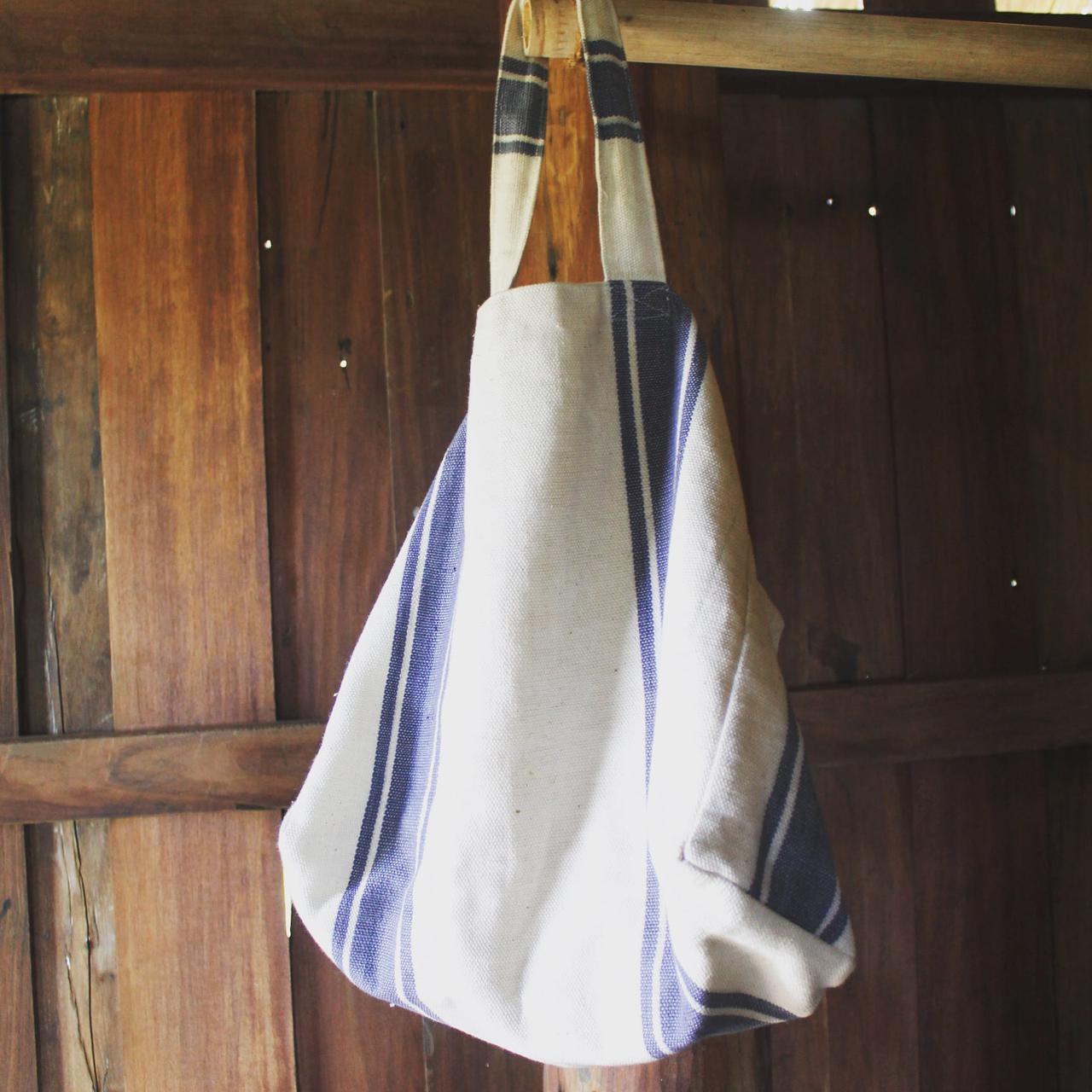 画像: ミャンマー中部にあるパコック地方の村で制作しているモリンガのビーチバック。海への旅の経験から生まれたバッグです
