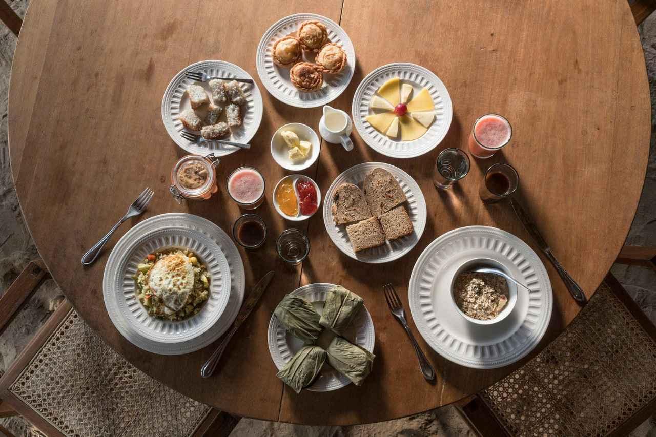 画像: ロッジの朝食メニュー。朝は洋食の手づくりパンか地元スタイルのライスで