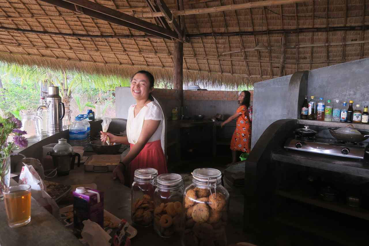 画像: ロッジの厨房。アラカン族の村の方が調理してくれます。ピザ窯もあり、ゲストの子どもたちがスタッフと一緒にピザづくりを楽しむことも