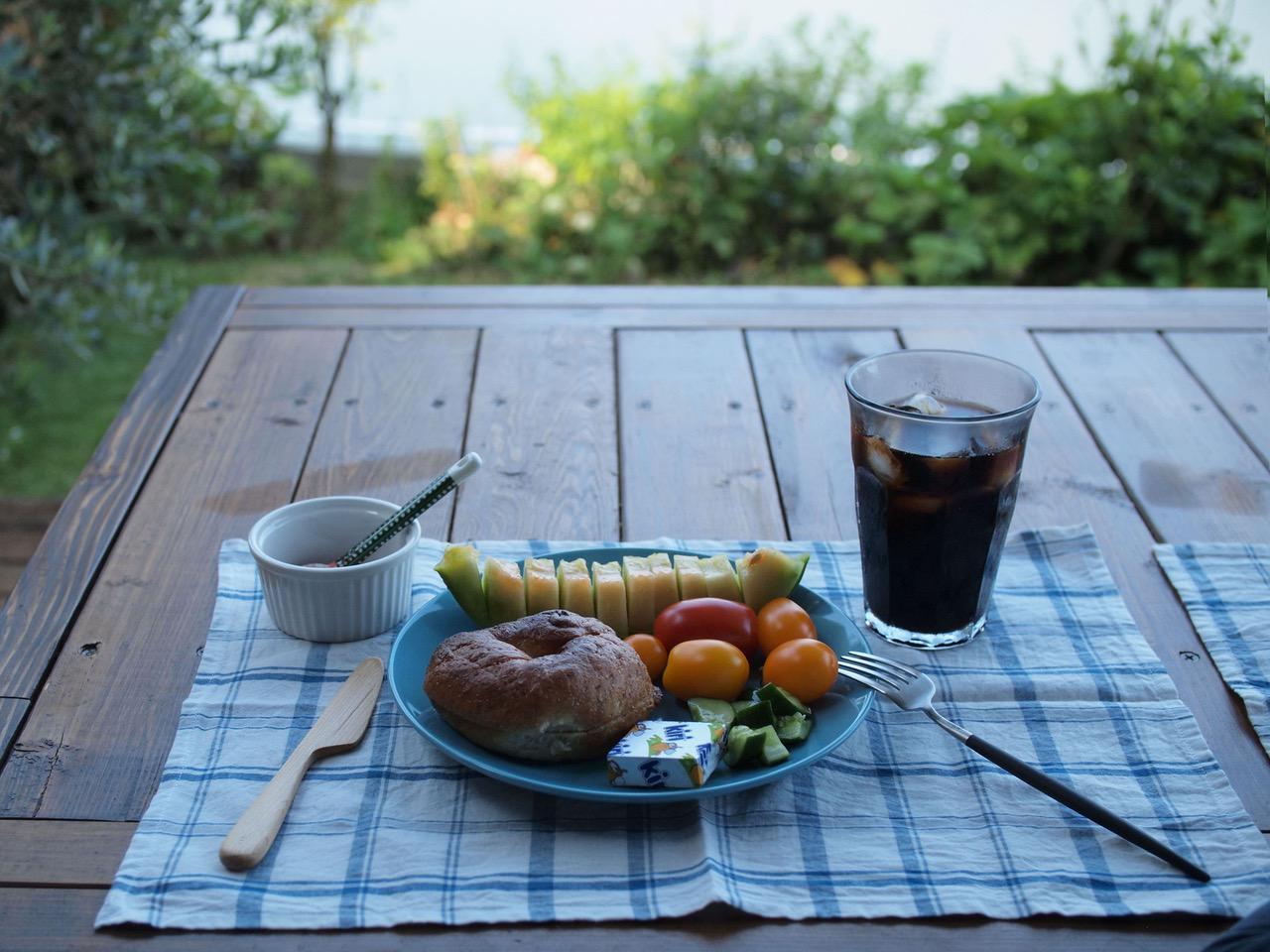 画像: 息子と並んで朝ごはん。ベーグルに、すもものコンフィチュールをたっぷりつけていただきます