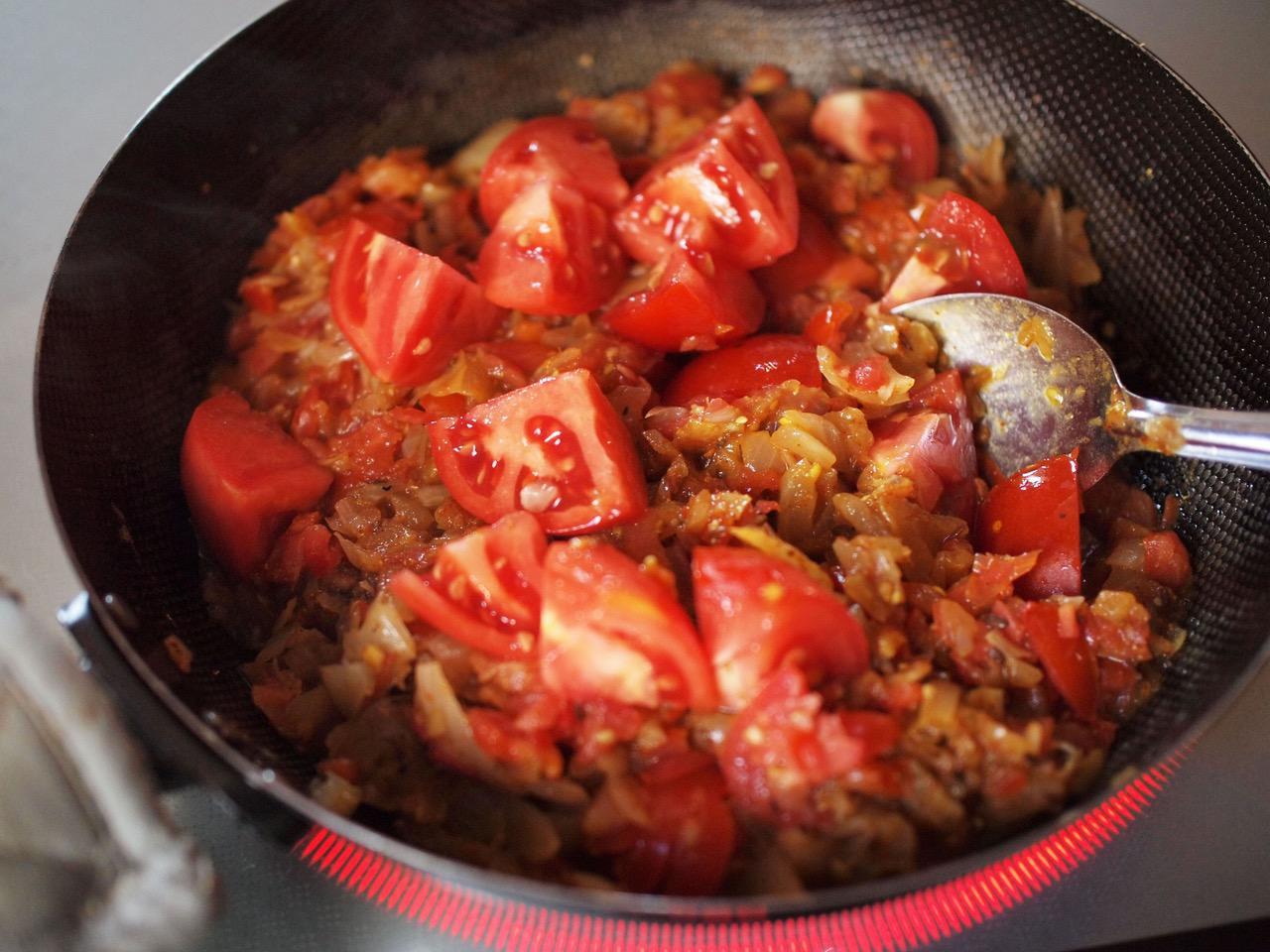 画像: さらに具材としてのフレッシュトマトを投入し、トマト消費にはげみます