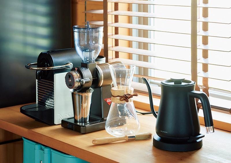 画像: 英亮さんが知里さんに贈ったミル、ケメックスのコーヒーメーカーといった愛着ある道具がそろう