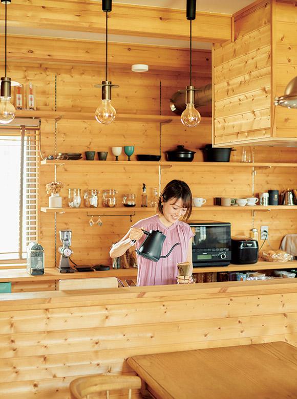 画像: コーヒーブレイクは知里さんの大事な日課。「子どものお昼寝中に、ていねいに淹れたコーヒーでリフレッシュします」。キッチンの棚は、壁に合わせた木材で英亮さんが取り付け、使い勝手アップ