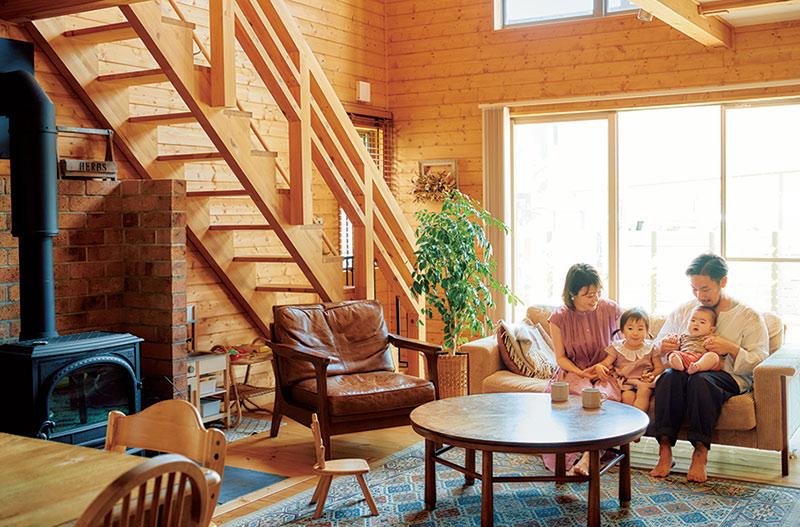 画像: 家族で憩うリビング。「柱のない箱型の家だから家具の配置が自由にできるのも魅力ですね」と知里さん。好みが一緒という英亮さんと選んだヴィンテージ系の家具やラグで居心地のいい空間に