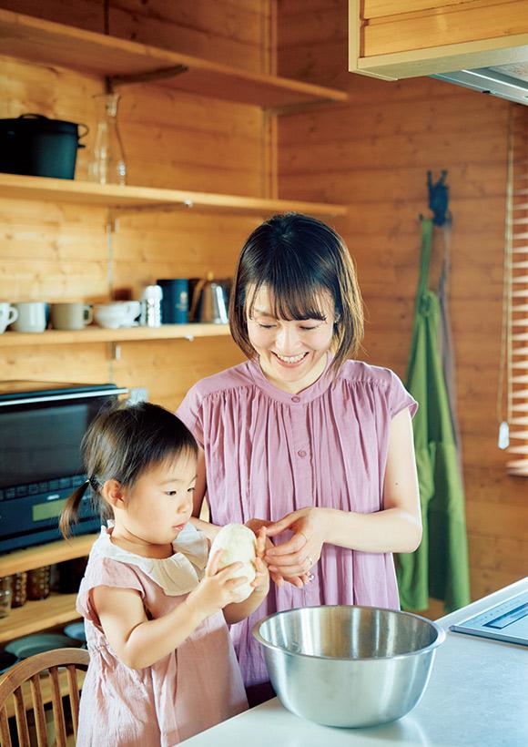 画像: お手伝いが大好きな2歳の杷奈(はな)ちゃんと一緒に料理やお菓子をつくることが最近の楽しみのひとつ