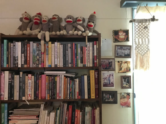 画像: 本棚にはレシピ本がぎっしりと