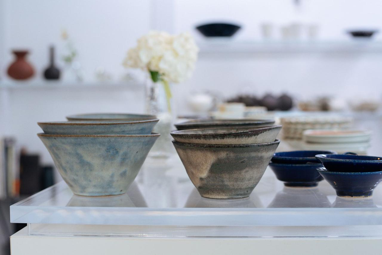 画像: 釉薬の濃淡が美しい「台形鉢」は、有田の作家、二井内覚さんによるもの