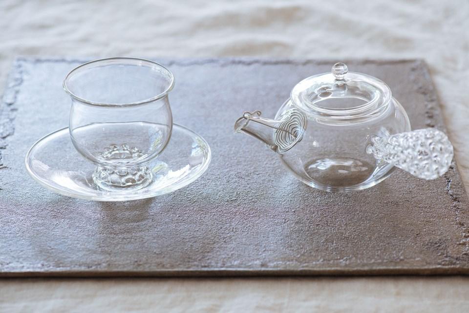 画像: 耐熱ガラスでできた「急須」と「カップ&ソーサー」。電子レンジでも蒸し器でも使用可能です