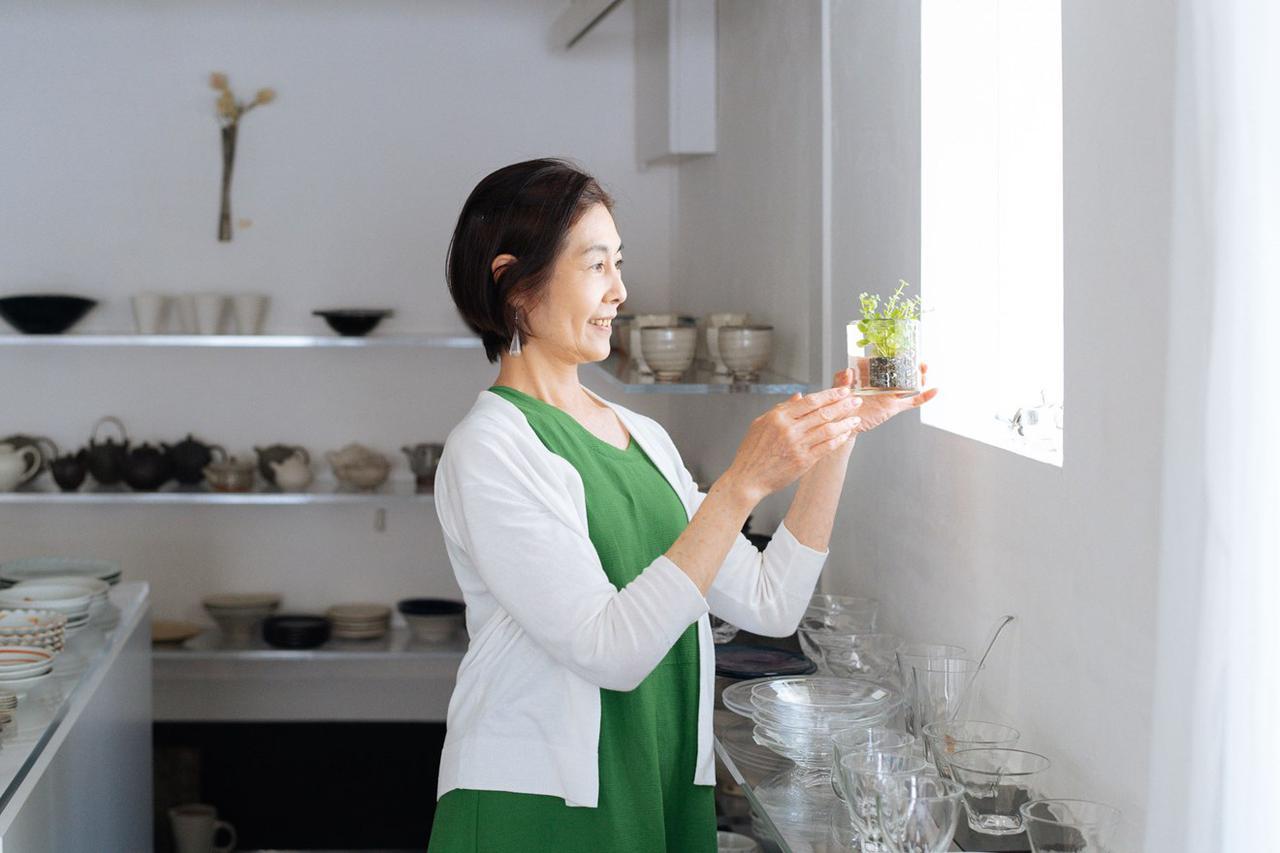 画像: 窓辺に、グリーンを挿したガラスの器が。「『器にもお水をはれば、花を楽しめますよ』という提案もしていきたい」と島田さん
