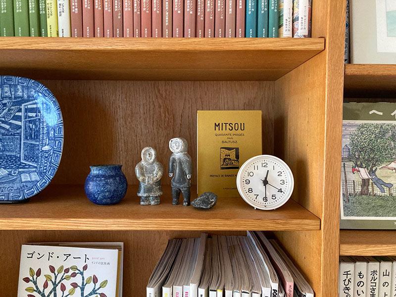 画像: 昼は本棚、就寝時は枕元で活躍する小さな時計