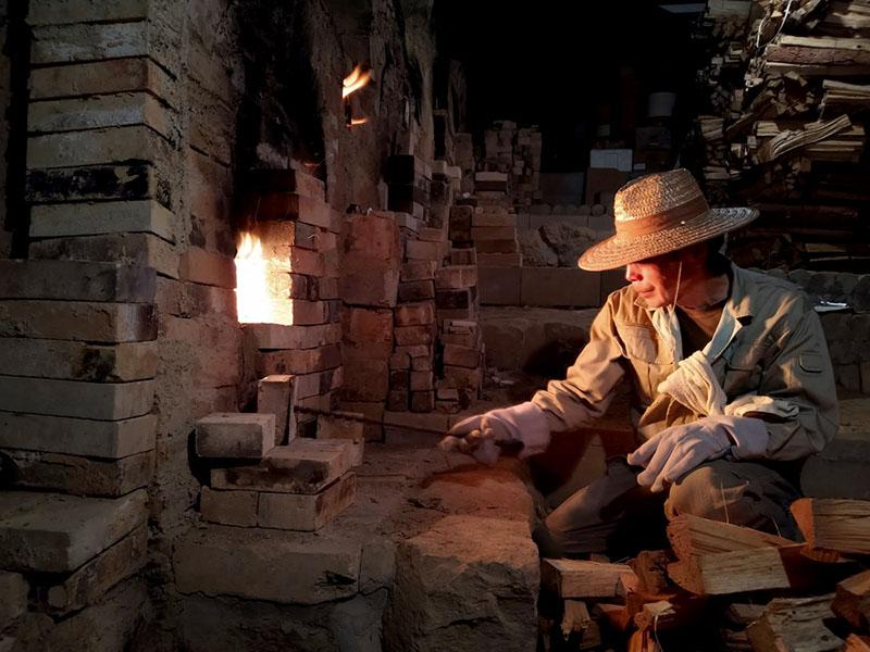 画像: 登り窯で窯焚きをする清志さん。器には、薪窯ならではの独特の表情が生まれる